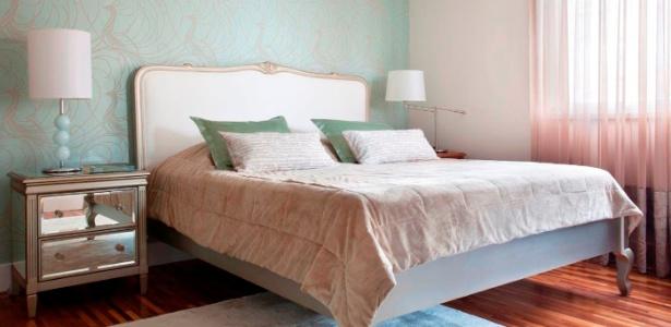 No quarto, a prevalência de cores clara é o ideal, mas não é por isso que a decoração precisa ser monótona. No projeto de Claudia Macedo , as peças com desenho clássico foram combinadas a outras mais ousadas - Adriana Barbosa
