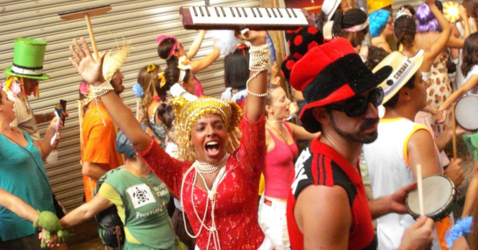 Maíra Freitas desfila em bloco de carnaval