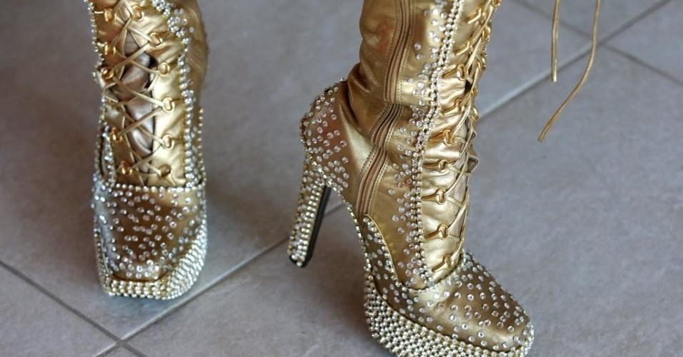 04.fev.2014 - Detalhe dos sapatos de Laura Keller, coroada rainha da bateria da escola Inocentes de Belford Roxo, do Rio de Janeiro
