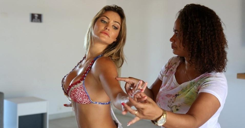 04.fev.2014 - Laura Keller faz aula personalizada de samba com a diretora das musas da Mangueira, Fabiana Oliveira, em seu flat na Barra da Tijuca, no Rio de Janeiro