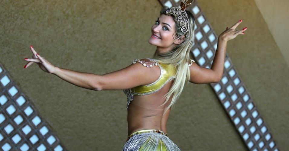 04.fev.2014 - Laura Keller posa para foto como rainha da bateria da escola Inocentes de Belford Roxo, do Rio de Janeiro