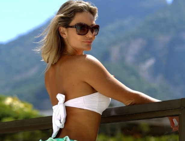 04.fev.2014 - Laura Keller toma sol para se bronzear em seu flat na Barra da Tijuca, no Rio de Janeiro