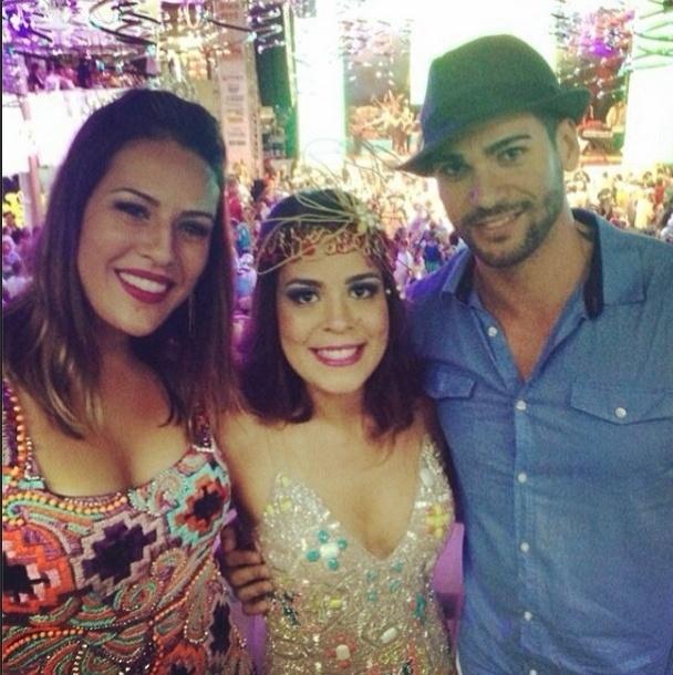 """08.fev.2014 - Bella publica foto com Princy e Rodrigo e escreve: """"Começou o carnaval!! Com meus brodinhos amados!"""""""