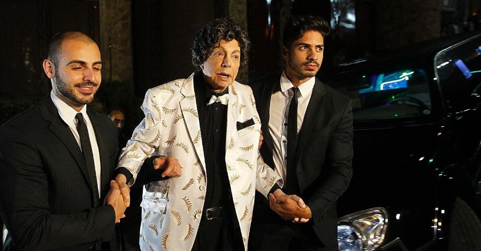 10.fev.2014 - Cauby Peixoto chega à sua festa de aniversário em uma limousine. O cantor é amparado por dois seguranças