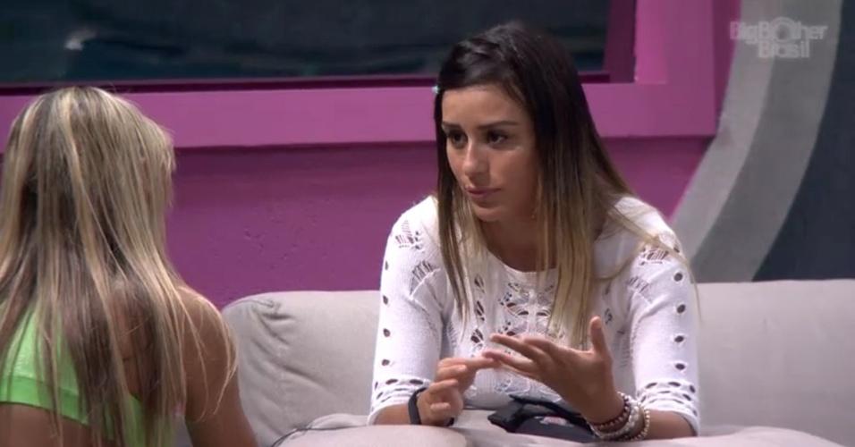 10.fev.2014 - Depois de se criticarem ao longo do dia, Letícia e Vanessa conversam e fazem as pazes