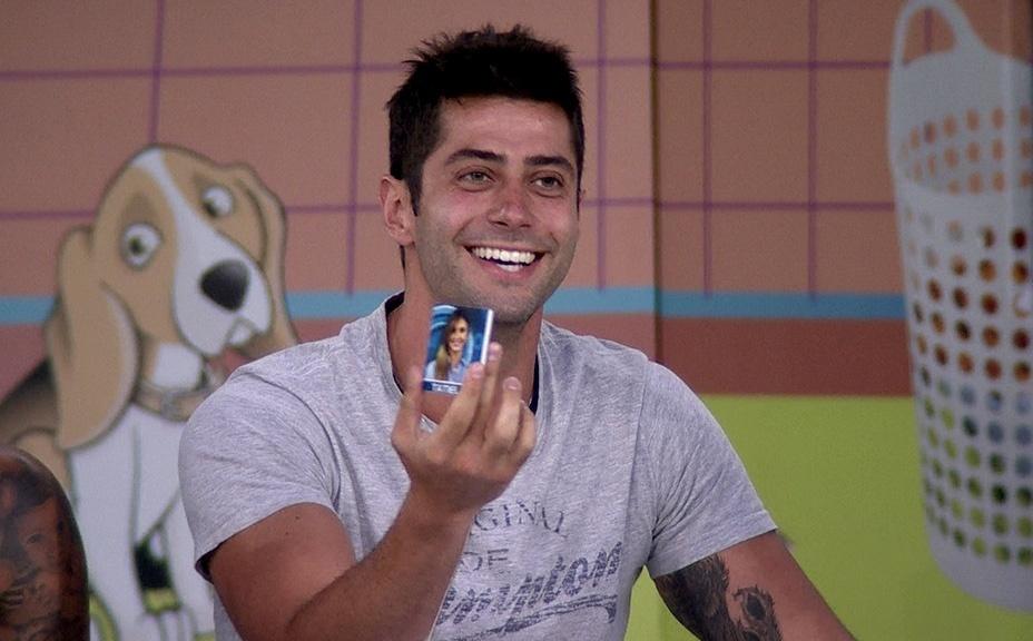 """10.fev.2014 - Marcelo sorteia Tatiele para responder às perguntas dos colegas na Lavanderia do """"BBB"""""""
