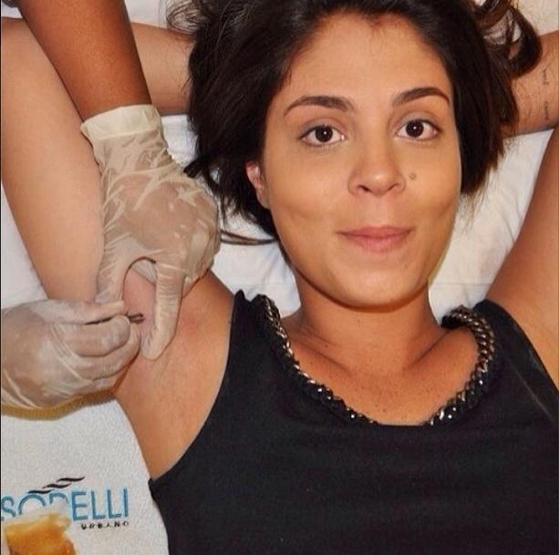 11.fev.2014 - A bailarina Bella publica foto depilando as axilas