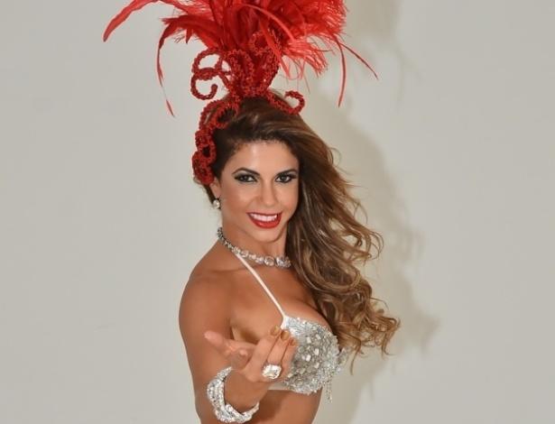 11.fev.2014 - A ex-BBB Cacau Colucci fez ensaio fotográfico inspirado no Carnaval. A modelo é musa da escola Dragões da Real, de São Paulo