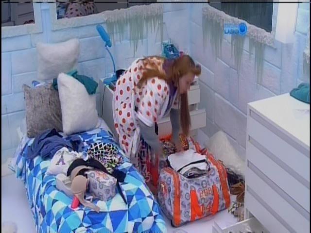 11.fev.2014 - Aline arruma mala e se prepara para o resultado do paredão