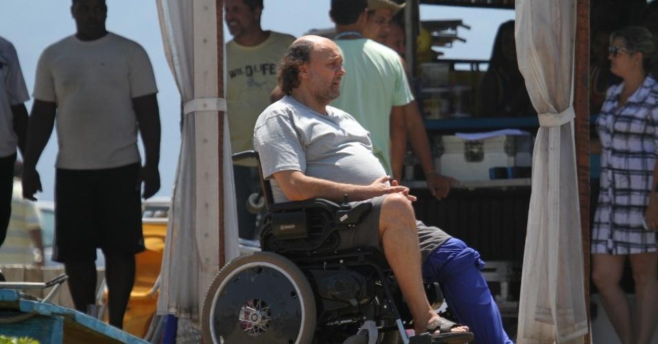 """11.fev.2014 -  Ator Nelson Baskerville grava cenas da novela """"Em Família"""" na praia da Reserva no Rio de Janeiro"""