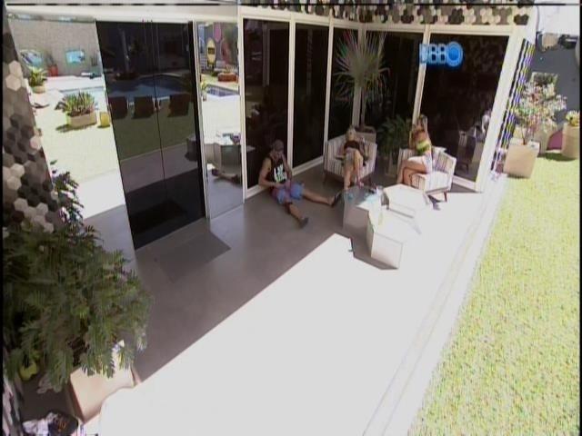 11.fev.2014 - Clara e Vanessa interrogam Junior sobre o seu pênis.