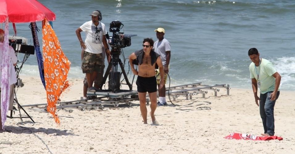 """11.fev.2014 - Gabriel Braga Nunes grava cenas da novela """"Em Família"""" na praia da Reserva no Rio de Janeiro"""