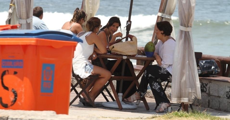 """11.fev.2014 - Natália do Vale e Helena Ranaldi gravam cenas da novela """"Em Família"""" na praia da Reserva no Rio de Janeiro"""
