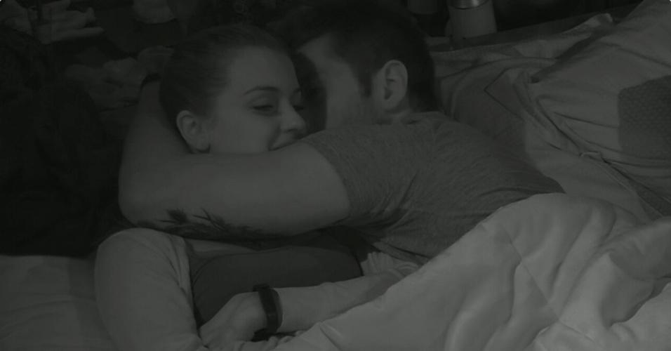 11.fev.2014 - No cinema do líder, Marcelo tentou ainda beijar a sister, mas foi repreendido. Durante a conversa, Marcelo continua insistindo em algo com a sister