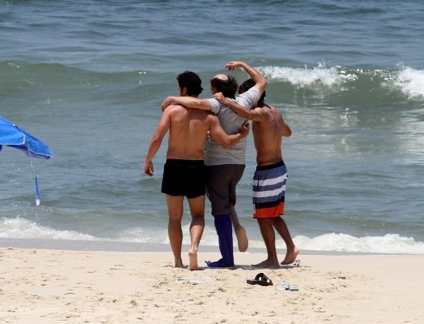 """11.fev.2014 - Os atores Ronny Kriwat, Nelson Baskerville e Gabriel Braga Nunes gravam cenas da novela """"Em Família"""" na praia da Reserva no Rio de Janeiro"""