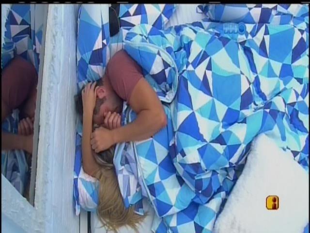 11.fev.2014 - Roni e Tatiele vão para debaixo do edredom