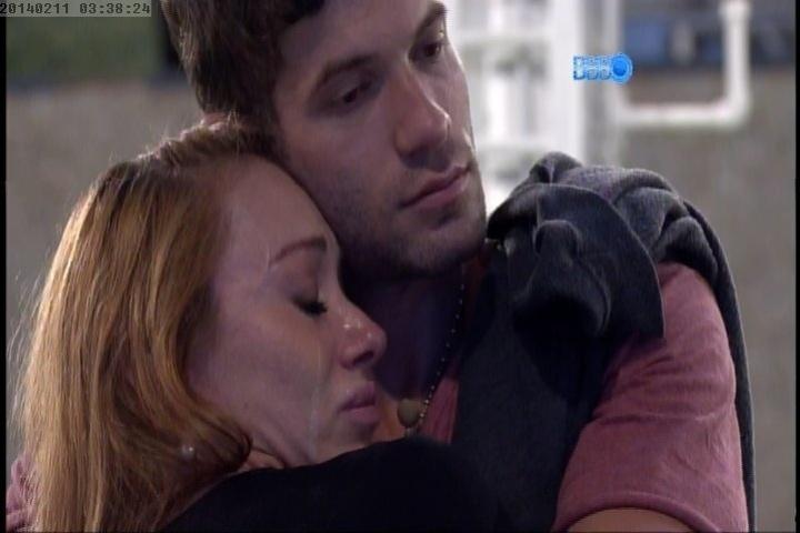 11.fev.2014 Aline chora nos braços de Roni após conversa com Letícia