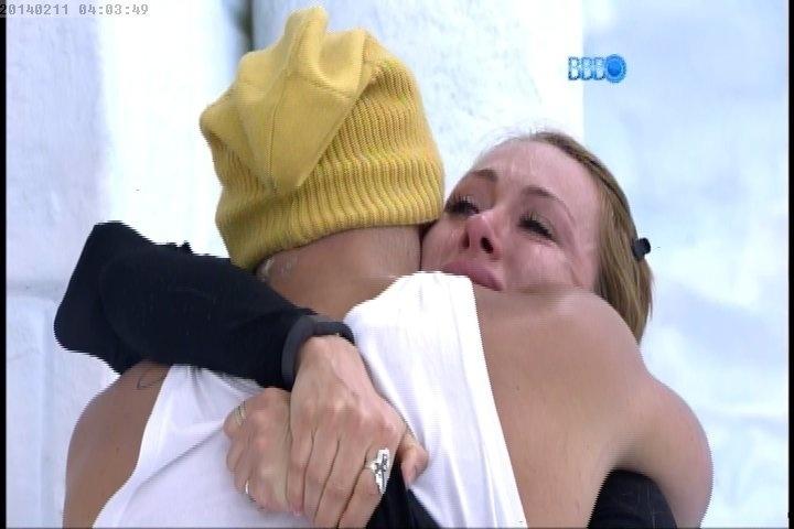 11.fev.2014 Aline lamenta conversa com Letícia nos braços de Junior