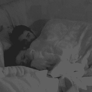11.fev.2014 Diego e Franciele fazem movimentos suspeitos debaixo do edredom - Reprodução/GShow
