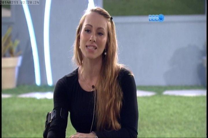 11.fev.2014 Aline confessa que já beijou mulher e que sentiu 'calores' ao tomar banho no Big Brother