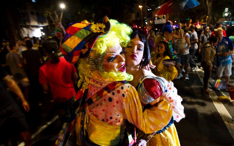"""4.fev.2013 - Foliões da Banda Redonda saem nas ruas de São Paulo. O bloco não tem fantasia, """"fica a gosto do cliente"""", explica Carlão, o general da banda"""