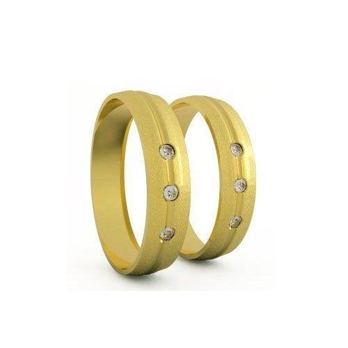 Aliança fosca em ouro amarelo com três brilhantes; da Casa das Alianças (www.casadasaliancas.com.br), por R$ 2.850 (par). Disponibilidade e preço pesquisados em fevereiro de 2014 e sujeitos a alteração