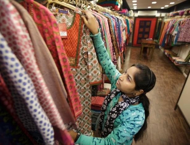Consumidora na loja Tantra, especializada em trajes indianos, estampados e coloridos - Kuni Takahashi/The New York Times