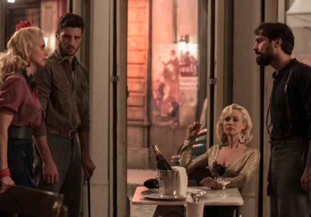 Lola e Davi flagram Aurora e Fabrício conversando em bar