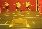 Museu do Futebol ensina crianças a jogar futebol de botão em torneio