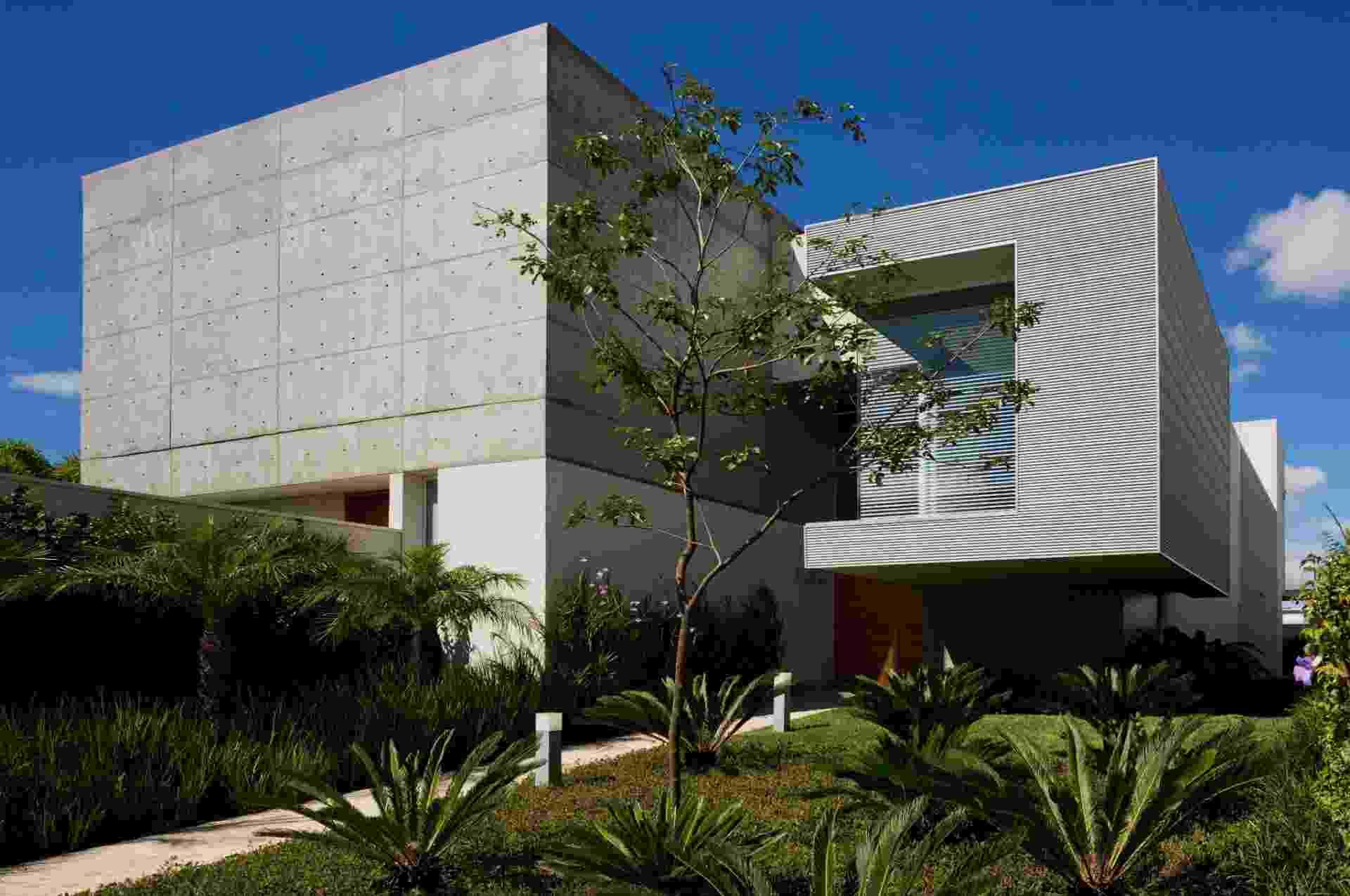 """O concreto armado aparente foi moldado """"in loco"""" e assegura a contemporaneidade da Casa FG, projetada pelo escritório Reinach Mendonça Arquitetos Associados. Destaque para o volume do escritório em balanço de 3,2 m, revestido por uma estrutura metálica - Nelson Kon/ Divulgação"""