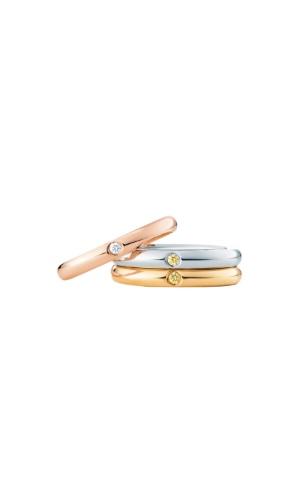 Alianças Stacking Elsa Peretti; da Tiffany & Co. (www.tiffany.com.br), por R$ 3.765 (unidade ouro), R$ 6.625 (unidade platina) e R$ 3.765 (unidade ouro rosé). Disponibilidade e preço pesquisados em fevereiro de 2014 e sujeitos a alteração