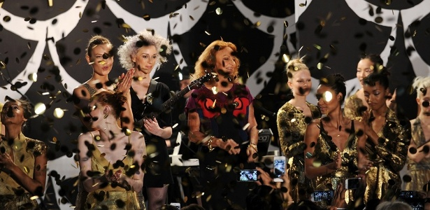 O desfile em celebração aos 40 anos da marca de Diane Von Furstenberg contou com apresentação da cantora St. Vincent, que adiantou três músicas de seu novo álbum, ainda não lançado - Getty Images