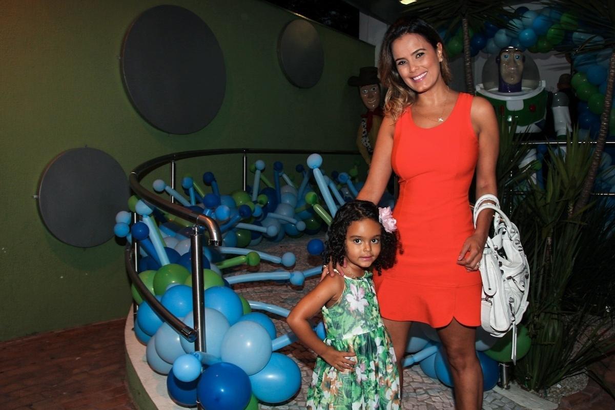 11.fev.2014 - A atriz Luciele Di Camargo vai com a filha Maria Eduarda ao aniversário de três anos de Luigi, filho do casal de atores Ana Saab e Lorenzo Martin, em São Paulo