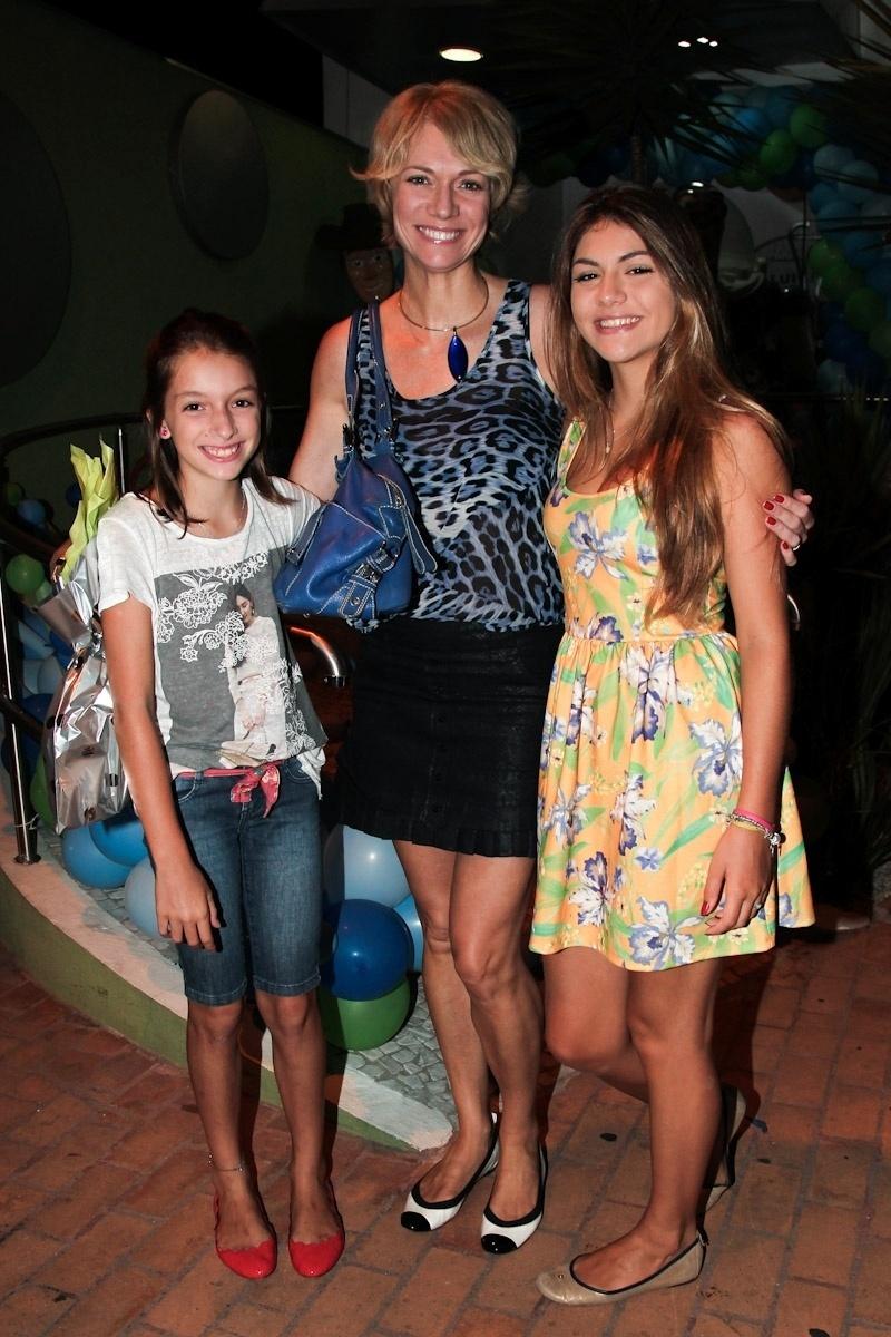 11.fev.2014 - A modelo e apresentadora Laura Wie leva as filhas Sofia e Lívia ao aniversário de três anos de Luigi, filho do casal de atores Ana Saab e Lorenzo Martin, em São Paulo