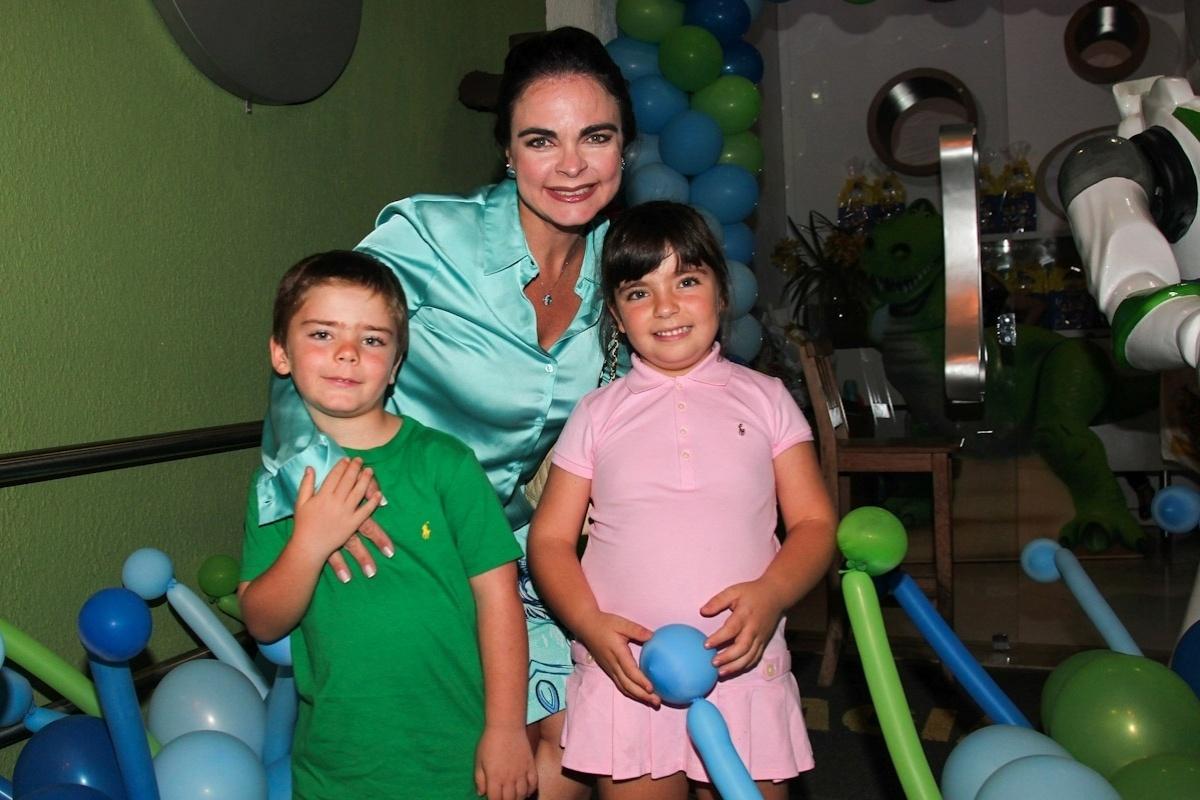 11.fev.2014 - Ao lado dos filhos João Victor e Laura, a jornalista Liliane Ventura prestigia o aniversário de três anos de Luigi, filho do casal de atores Ana Saab e Lorenzo Martin, em São Paulo