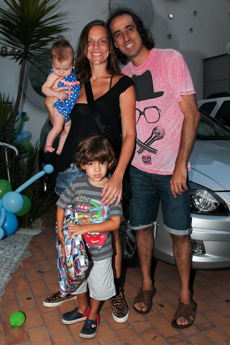 11.fev.2014 - Com a mulher, Carol Hubner, e os filhos, o ex-tenista Fernando Meligeni prestigia o aniversário de três anos de Luigi, filho do casal de atores Ana Saab e Lorenzo Martin, em São Paulo