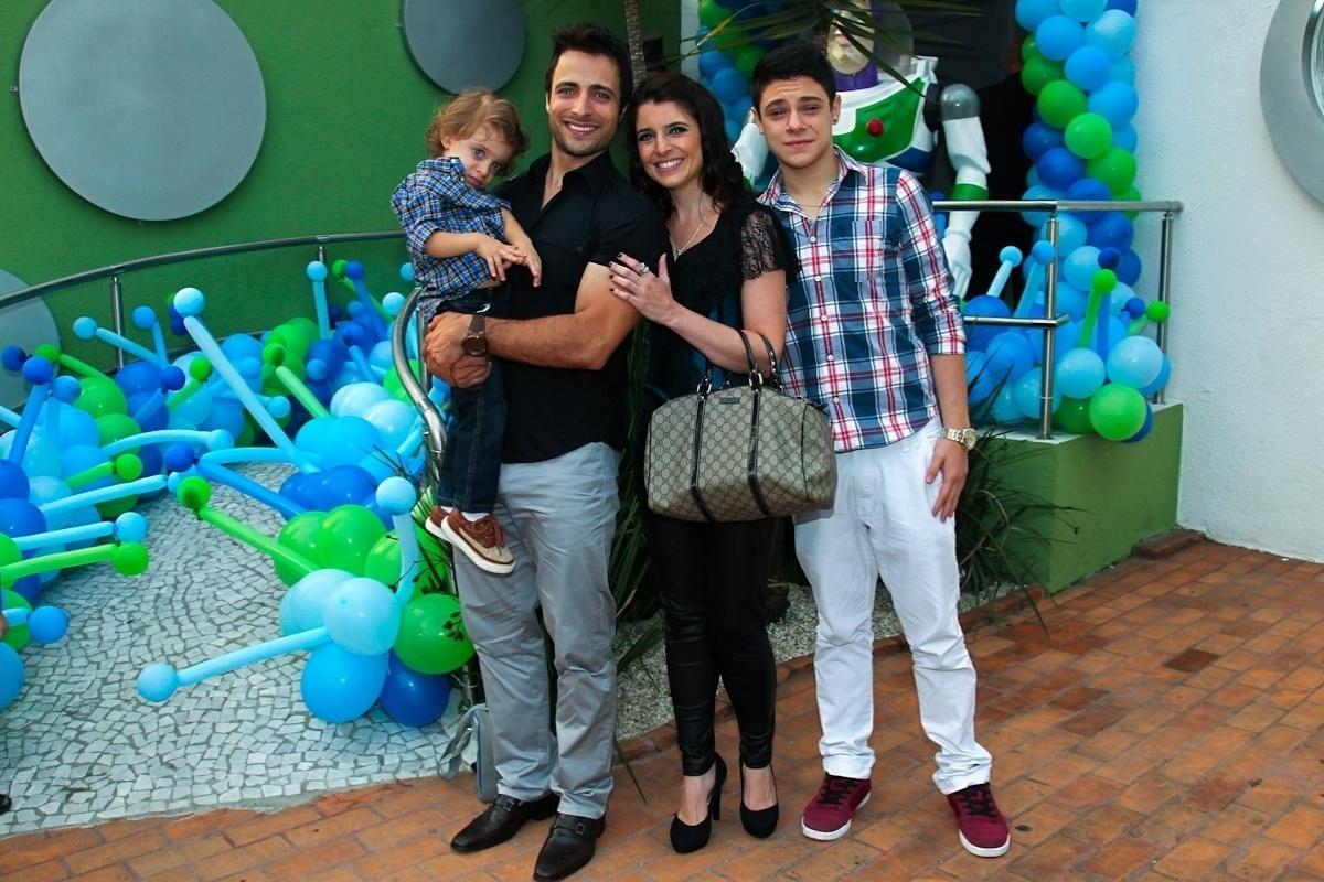 11.fev.2014 - Os atores Ana Saab e Lorenzo Martin comemoram o aniversário de três anos do filho Luigi em uma casa de festas em São Paulo