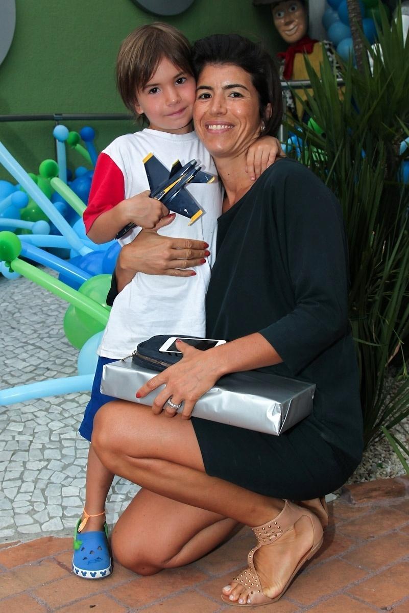 11.fev.2014 - Rossana Fittipaldi vai com o filho Emerson ao aniversário de três anos de Luigi, filho do casal de atores Ana Saab e Lorenzo Martin, em São Paulo