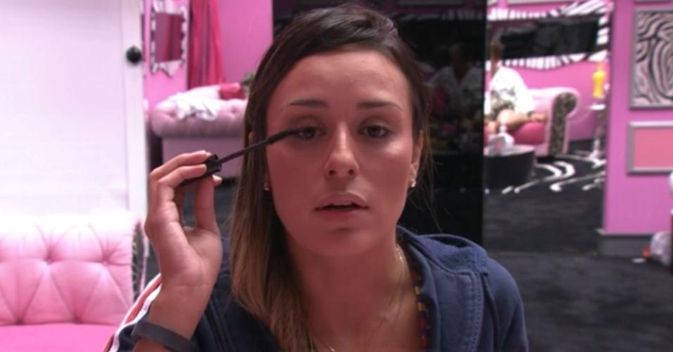 12.fev.2014 - Enquanto se maquia de frente para o espelho na sala da casa, Letícia pede a Cássio que não a tire da prova do líder