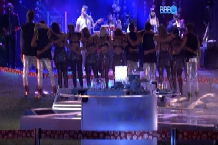 12.fev.2014 - Ao som de Lulu Santos, brothers participam da Festa Planetária