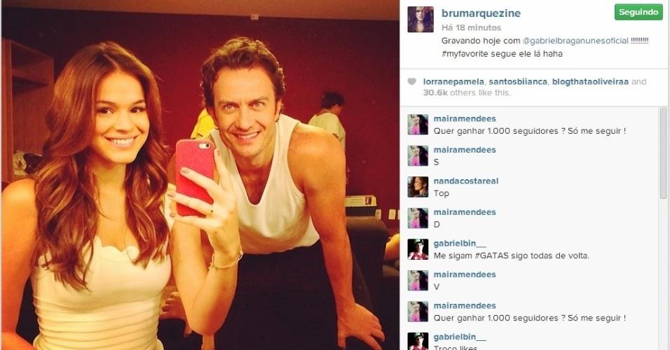12.fev.2014 - Após término do namoro com Neymar, Bruna Marquezine aparece sorridente ao lado do ator Gabriel Braga Nunes