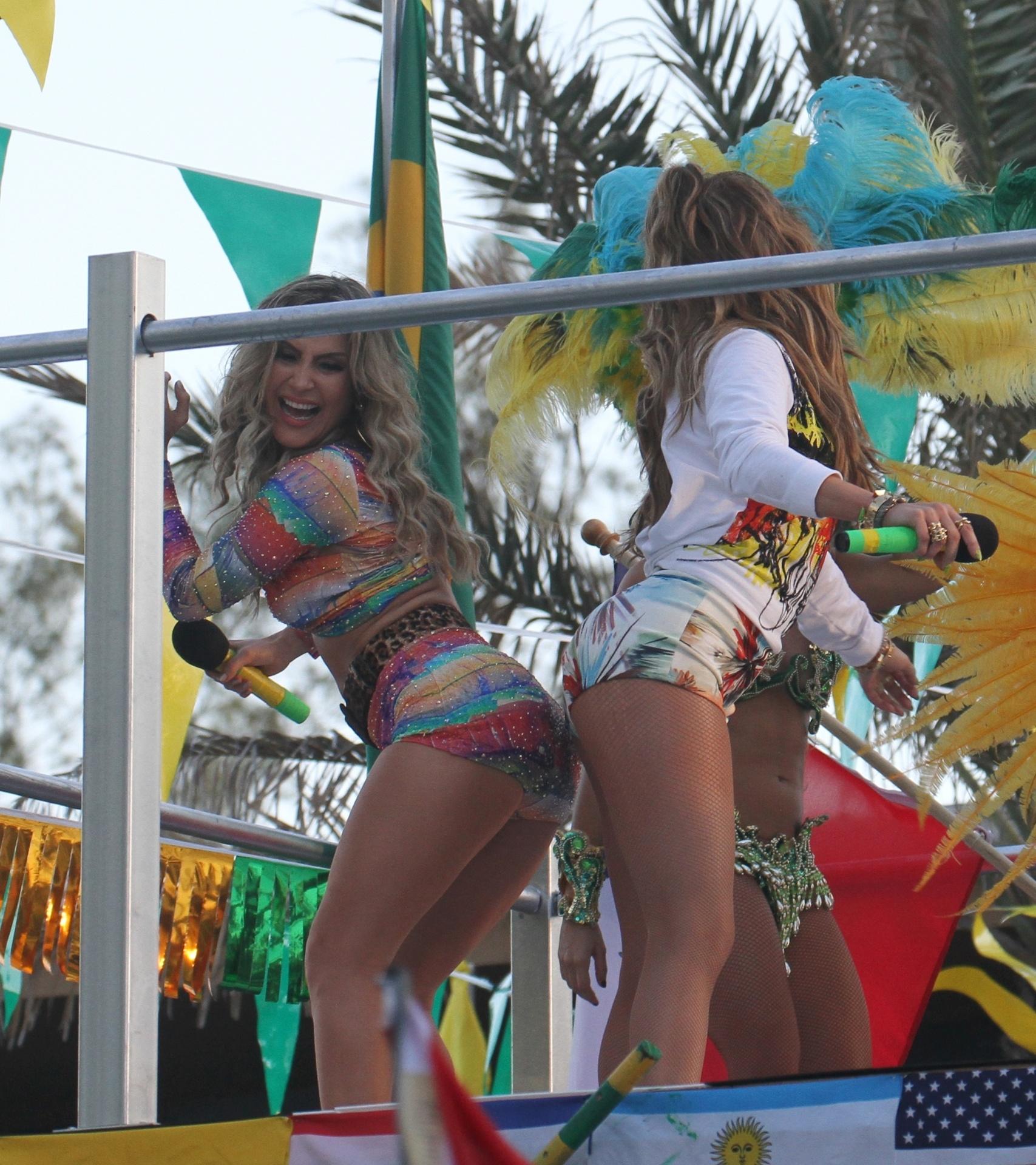 12.fev.2014 - As cantoras Jennifer Lopez e Claudia Leitte e o rapper Pitbull gravaram em Miami o clipe da música