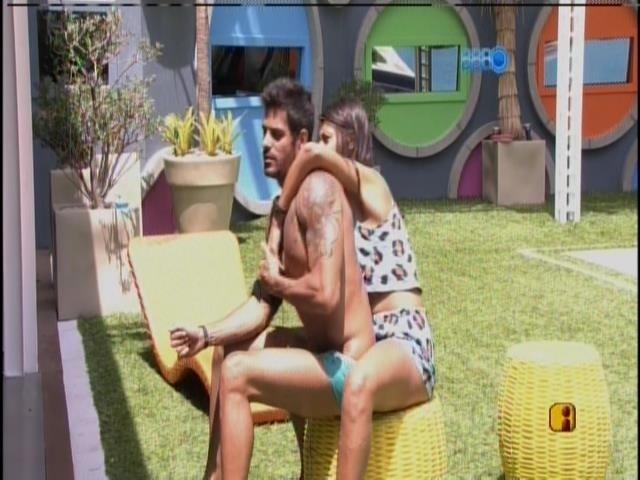 12.fev.2014 - Diego e Franciele se divertem após susto da sister