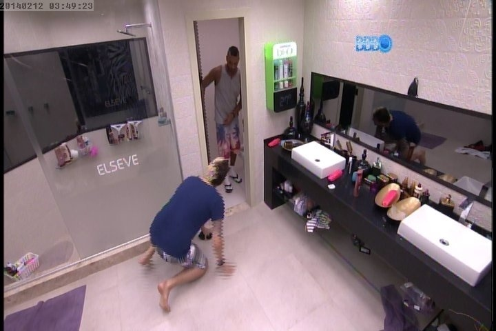 12.fev.2014 - Cássio assusta Valter quando ele sai do banheiro