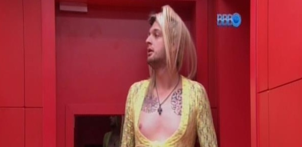 533e74919 BBB14 - Marcelo e Cássio vestem roupas de Tatiele e Vanessa e imitam as  sisters - Entretenimento - BOL Notícias