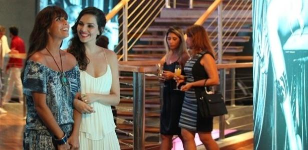 """12.fev.2014 - """"Em Família"""", Marina se encanta por Clara ao vê-la em sua exposição"""