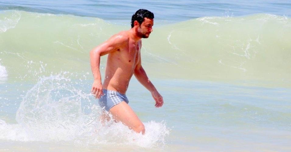 12.fev.2014 - Fred, jogador do Fluminense, toma banho de mar na praia do Leblon, no Rio de Janeiro