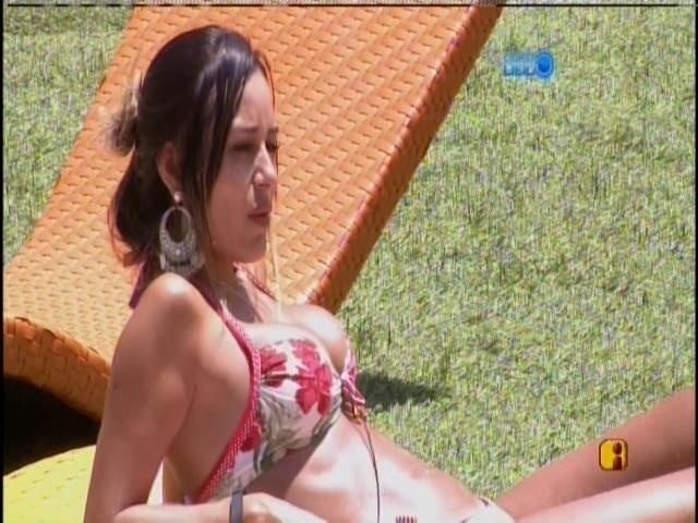 12.fev.2014 - Leticia e Tatiele tomam sol na beira da piscina