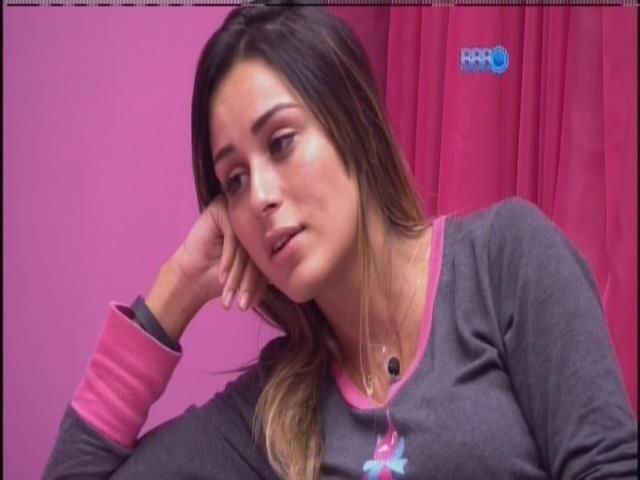 12.fev.2014 - Leticia se questiona sobre relacionamento com Junior