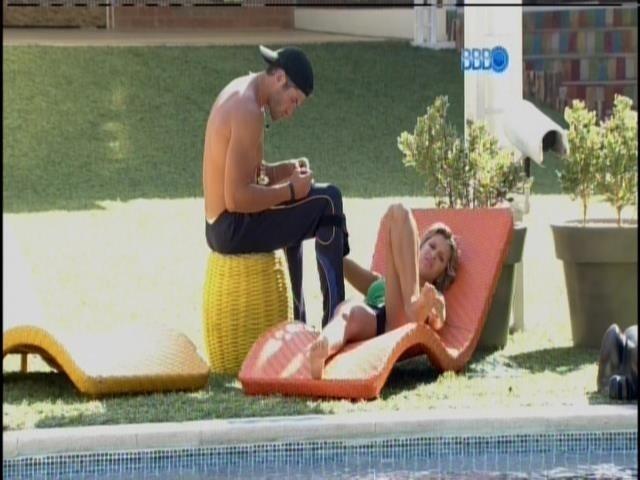 12.fev.2014 - Na beira da piscina, Roni mexe nas unhas de Tatiele